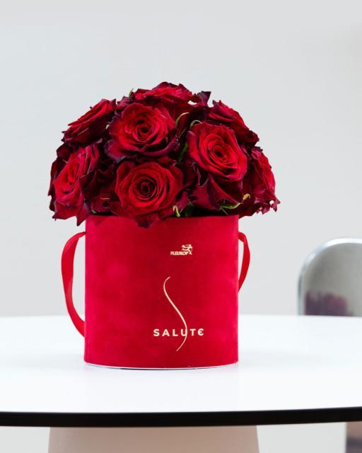 Apgaubta rožių, raudonoje aksominėje dėžutėje