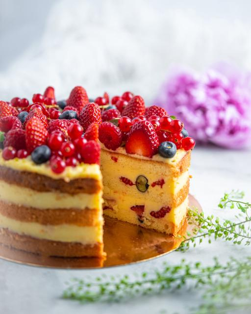 Biskvitinis varškės kremo tortas su šviežiomis uogomis