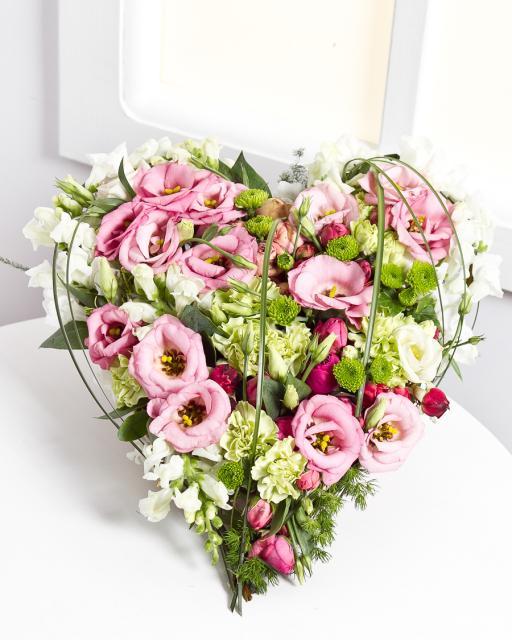 Širdies formos gėlių kompozicija