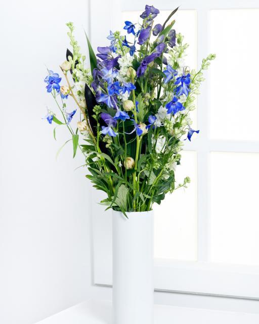 Aukšta mėlynų gėlių puokštė