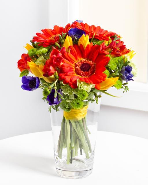 Įvairių raudonų gėlių puokštė