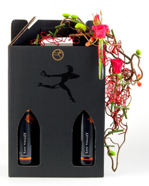 Du buteliai kokybiško raudono vyno dekoruotoje dovanų dėžutėje