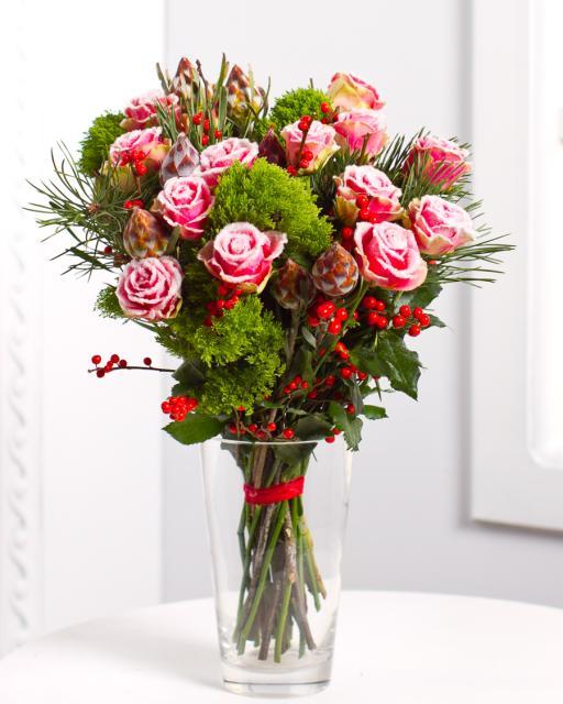 Puokštė su apsnigtomis rožėmis