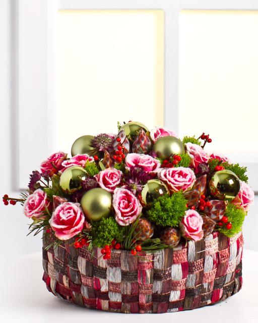 Kalėdinė kompozicija su žieminėmis rožėmis