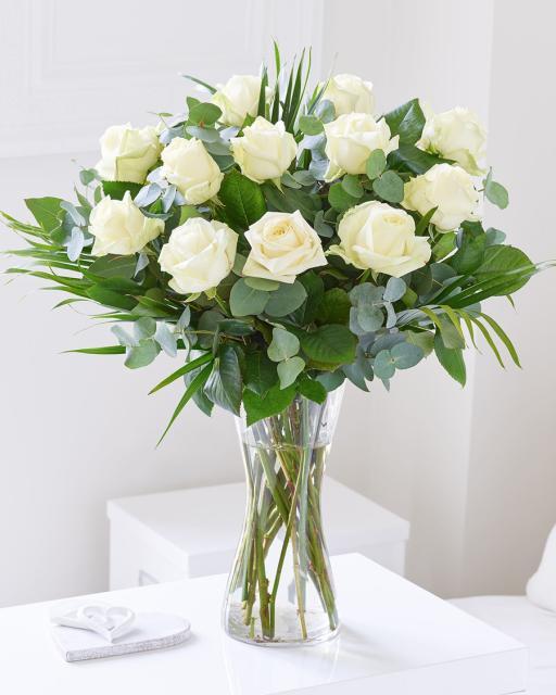 12-os baltų rožių puokštė