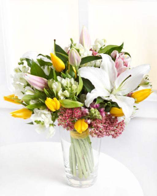 Spalvinga skintų gėlių puokštė