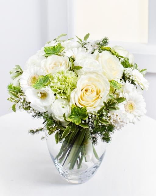 Baltų gėlių romantiška puokštė