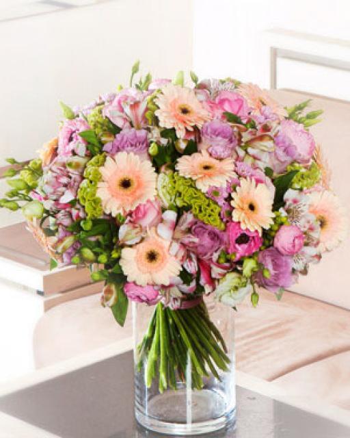 Švelni puokštė su rožėmis ir gerberomis