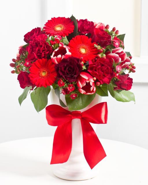 Elegantiška raudonų gėlių puokštė