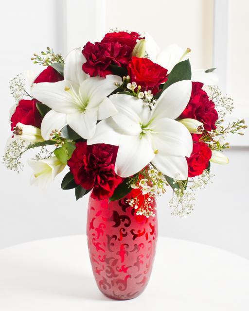 Romantiška raudonų ir baltų gėlių puokštė